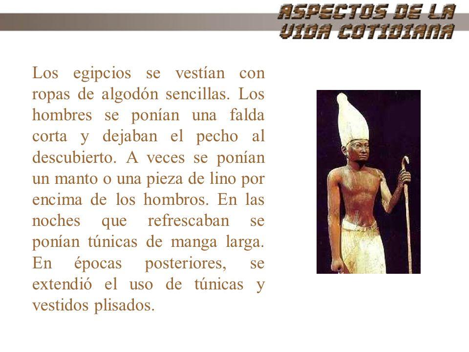 Los egipcios se vestían con ropas de algodón sencillas. Los hombres se ponían una falda corta y dejaban el pecho al descubierto. A veces se ponían un