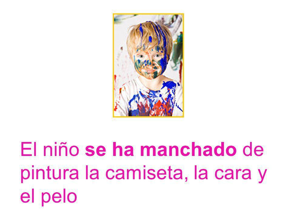 Los niños están pintando con pinturas y pinceles