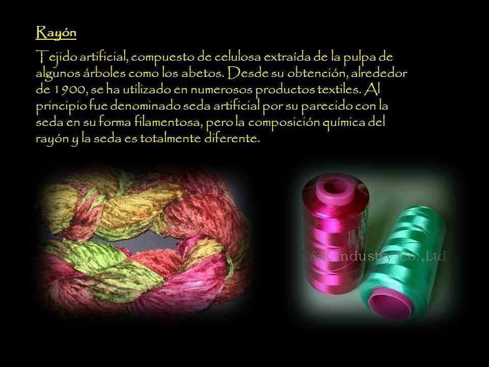 Fibras sintéticas En la actualidad, la mayoría de las fibras sintéticas se fabrican a partir de derivados petroquímicos y están formadas por polímeros muy largos parecidos a los plásticos en su estructura.