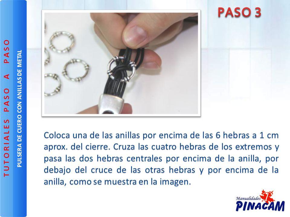 Coloca una de las anillas por encima de las 6 hebras a 1 cm aprox. del cierre. Cruza las cuatro hebras de los extremos y pasa las dos hebras centrales