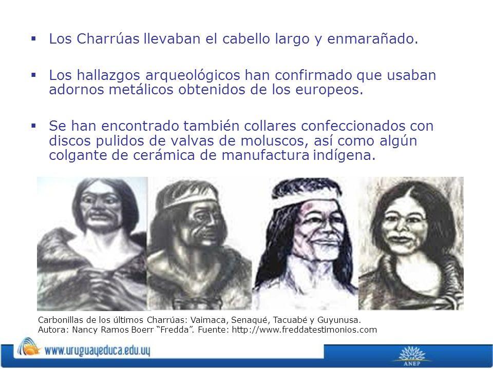 Los Charrúas llevaban el cabello largo y enmarañado. Los hallazgos arqueológicos han confirmado que usaban adornos metálicos obtenidos de los europeos
