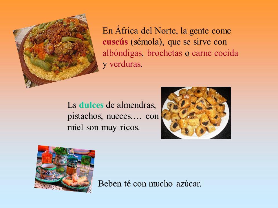 En África del Norte, la gente come cuscús (sémola), que se sirve con albóndigas, brochetas o carne cocida y verduras.