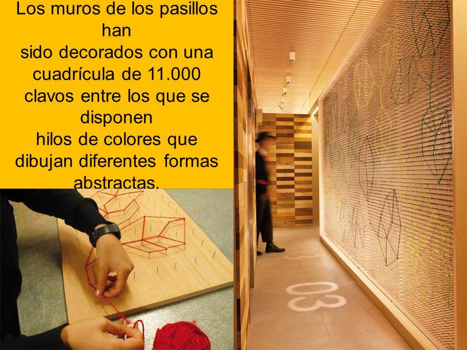Los muros de los pasillos han sido decorados con una cuadrícula de 11.000 clavos entre los que se disponen hilos de colores que dibujan diferentes for