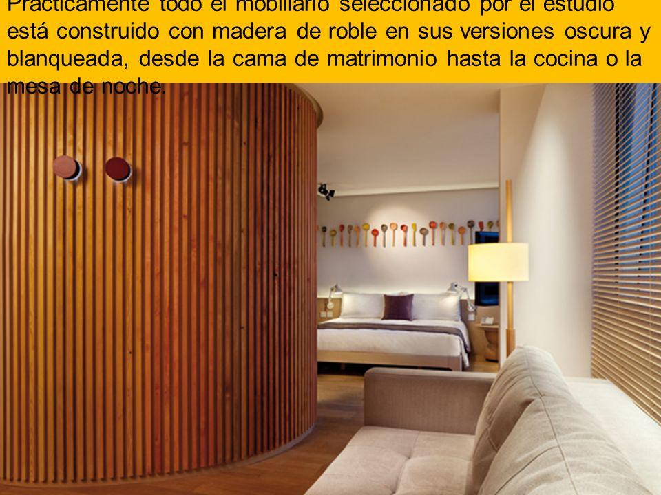 Prácticamente todo el mobiliario seleccionado por el estudio está construido con madera de roble en sus versiones oscura y blanqueada, desde la cama d