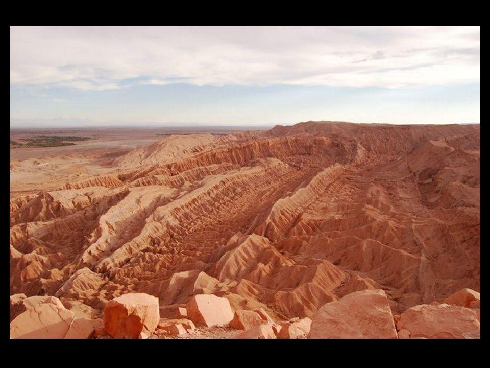 Rocas ígneas o magnáticas Se forman por enfriamiento del magma (roca fundida) constituida por silicatos, vapor de agua y otros elementos volátiles, que se encuentran en el interior de la corteza terrestre a temperaturas superiores a los 1000 ºC.