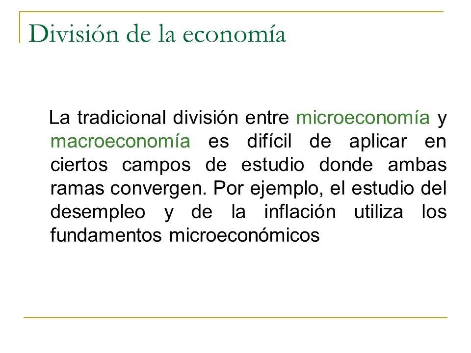 División de la economía La tradicional división entre microeconomía y macroeconomía es difícil de aplicar en ciertos campos de estudio donde ambas ram