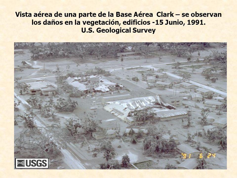 Vista aérea de una parte de la Base Aérea Clark – se observan los daños en la vegetación, edificios -15 Junio, 1991. U.S. Geological Survey