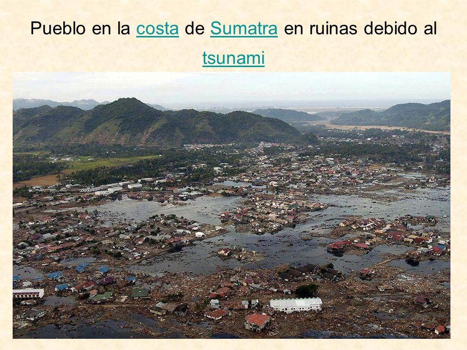 Pueblo en la costa de Sumatra en ruinas debido al tsunamicostaSumatra tsunami