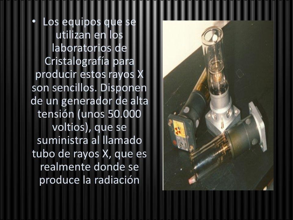 Los equipos que se utilizan en los laboratorios de Cristalografía para producir estos rayos X son sencillos. Disponen de un generador de alta tensión