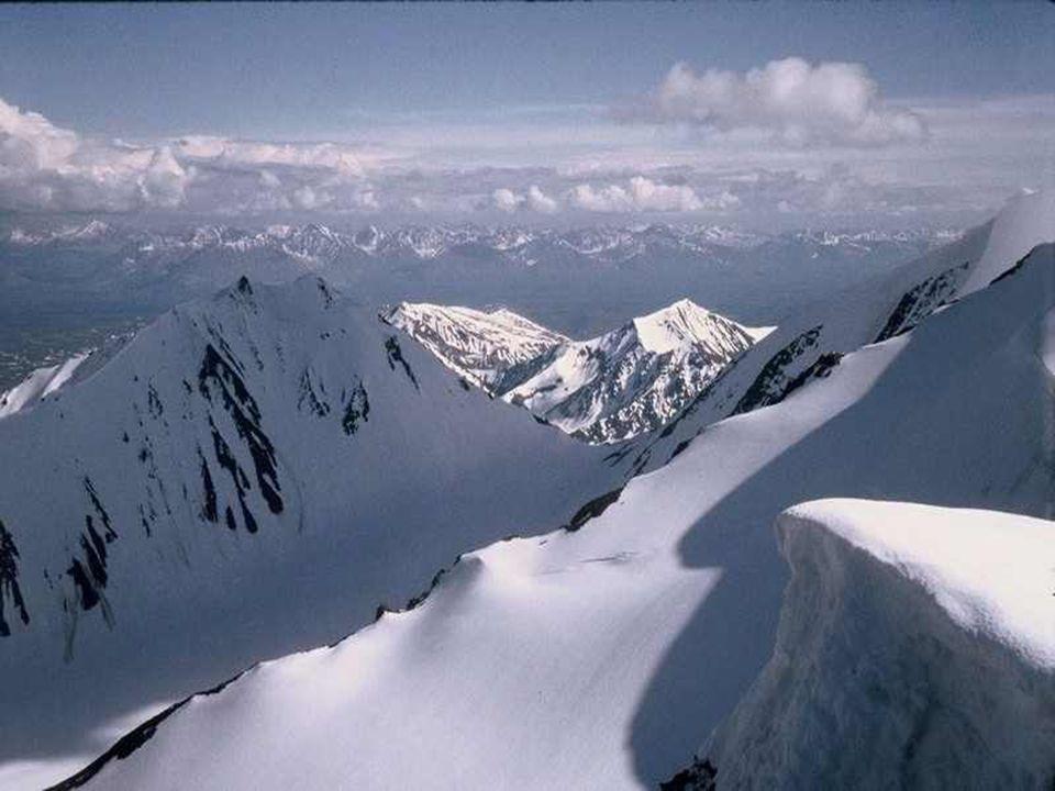 Met zijn gletsjers die ijsbergen vormen, zijn vulkanen en zijn maanvalleien, zijn bergen die langzaam naar de hemel oprijzen, is Alaska eeuwig in word