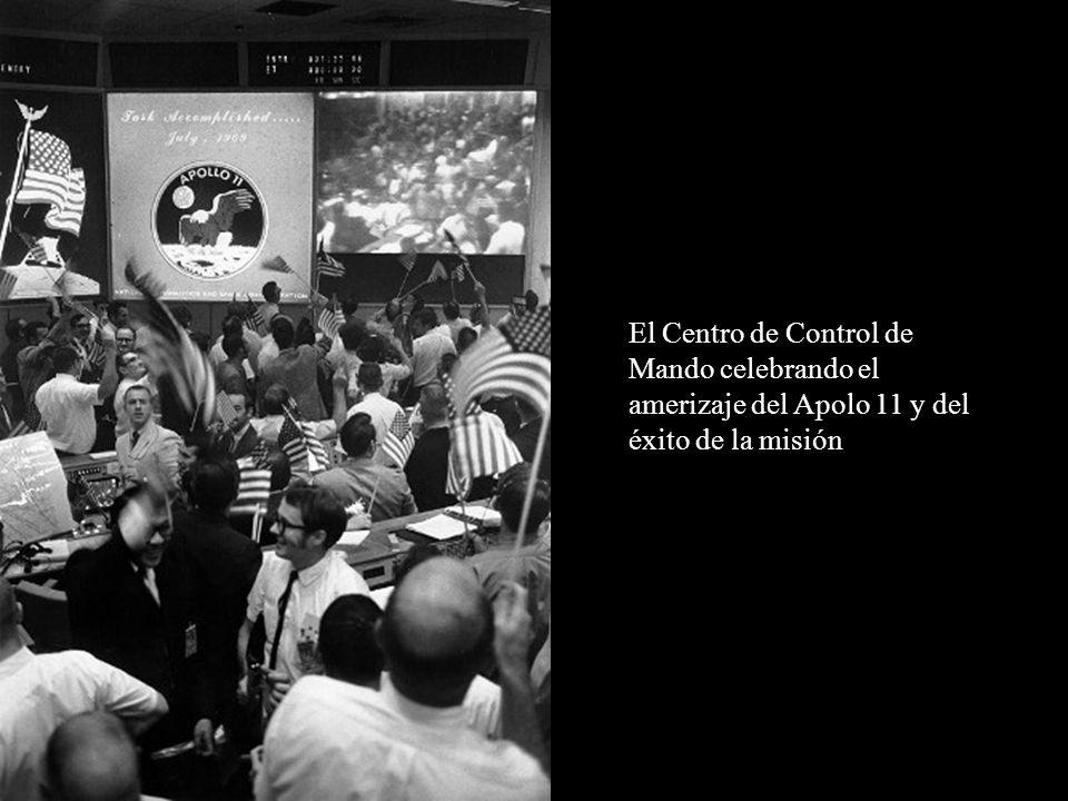 El Centro de Control de Mando celebrando el amerizaje del Apolo 11 y del éxito de la misión