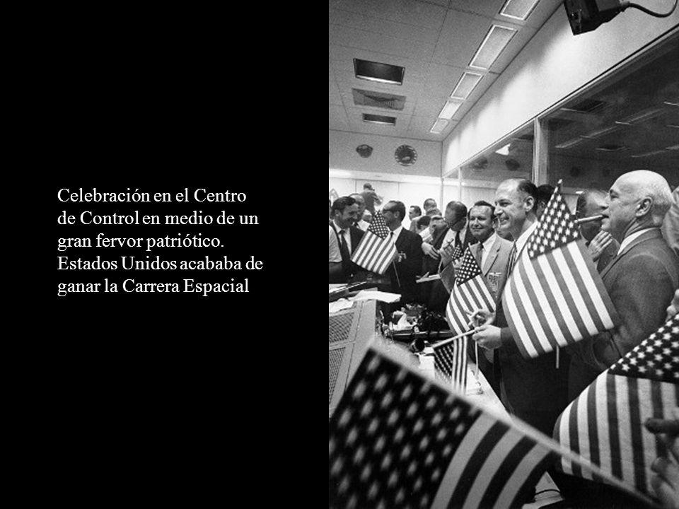 Celebración en el Centro de Control en medio de un gran fervor patriótico.
