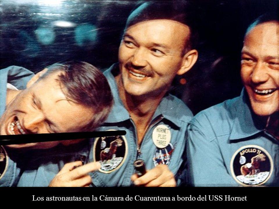 Los astronautas en la Cámara de Cuarentena a bordo del USS Hornet
