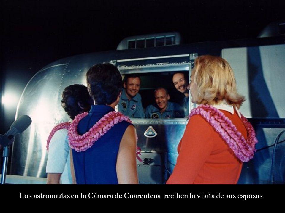 Los astronautas en la Cámara de Cuarentena reciben la visita de sus esposas