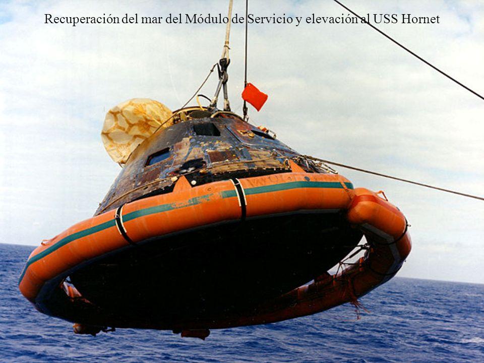 Recuperación del mar del Módulo de Servicio y elevación al USS Hornet