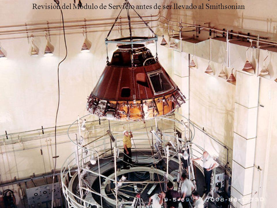 Revisión del Módulo de Servicio antes de ser llevado al Smithsonian