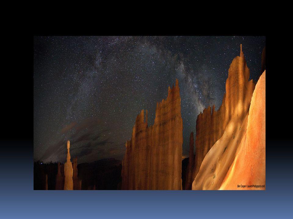Paradoja de Olbers cielo nocturnoUniverso de estrellasobservador -infinitas cáscaras esféricas -el número de estrellas aumenta como 1/r2 -el brillo de cada estrella disminuye como 1/r2 aunque el brillo en cada cáscara sea pequeño, su suma es grande ¿ Por qué el cielo de la noche se ve negro y estrellado?
