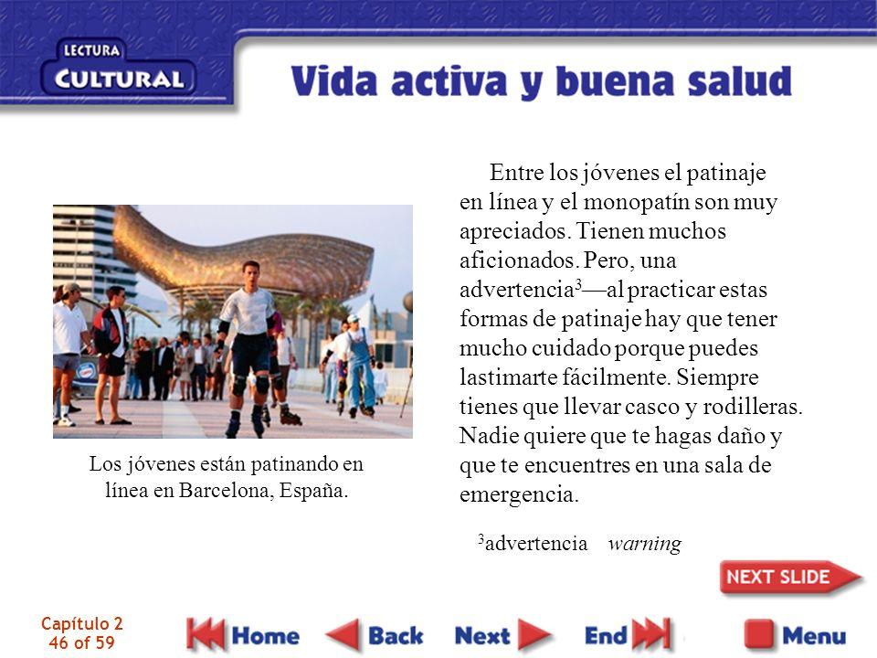 Los jóvenes están patinando en línea en Barcelona, España. Entre los jóvenes el patinaje en línea y el monopatín son muy apreciados. Tienen muchos afi