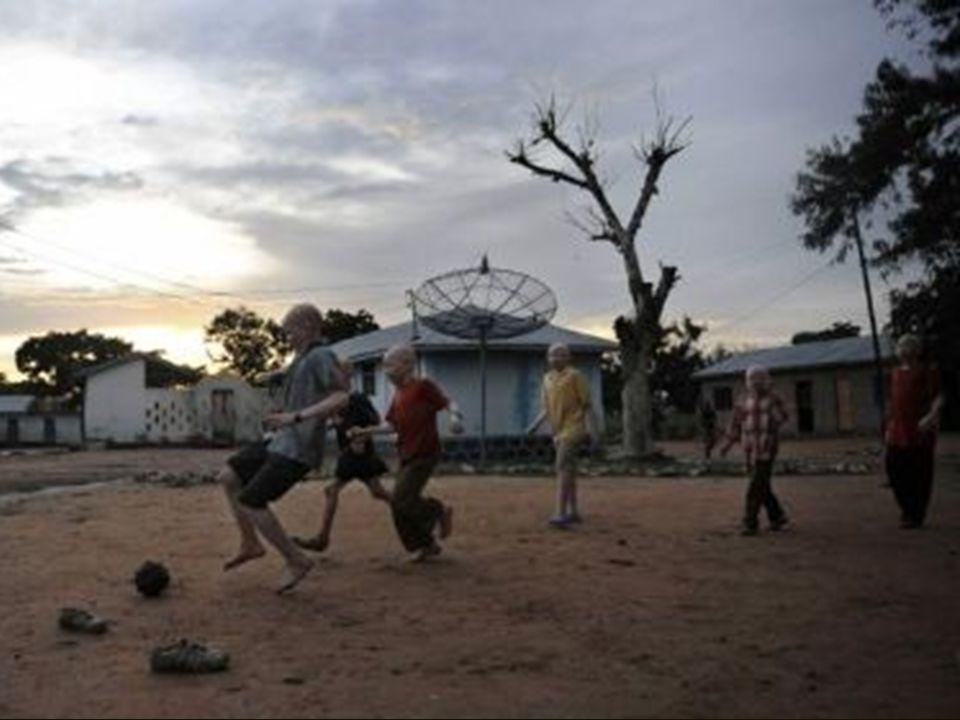 Por eso organizaciones internacionales han abierto campamentos especiales, donde los negros albinos pueden vivir bajo defensa.