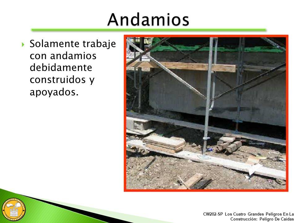La base de los andamios debe descansar sobre un plato base y el sellarte de fango ó lodo.