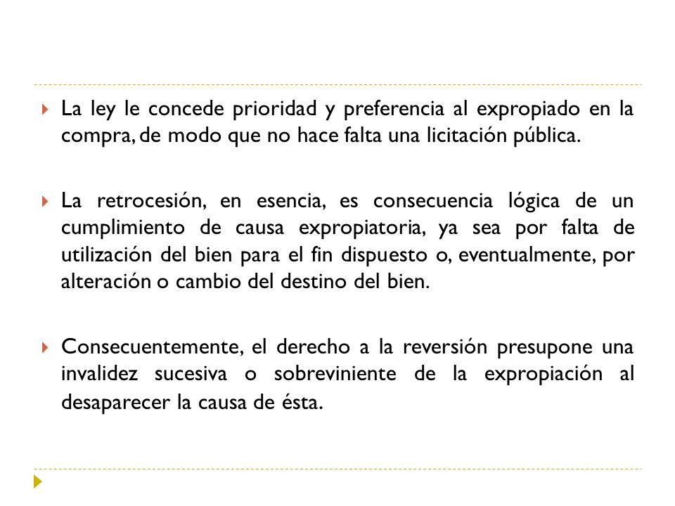 La ley le concede prioridad y preferencia al expropiado en la compra, de modo que no hace falta una licitación pública.
