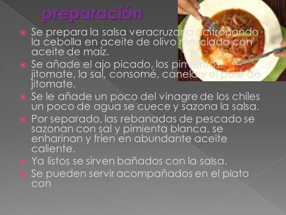 Se prepara la salsa veracruzana acitronando la cebolla en aceite de olivo mezclado con aceite de maíz. Se añade el ajo picado, los pimientos, jitomate