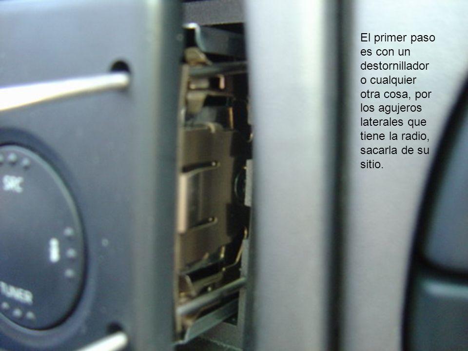 El siguiente paso es sacar las clavijas de cables de la parte trasera de la radio.