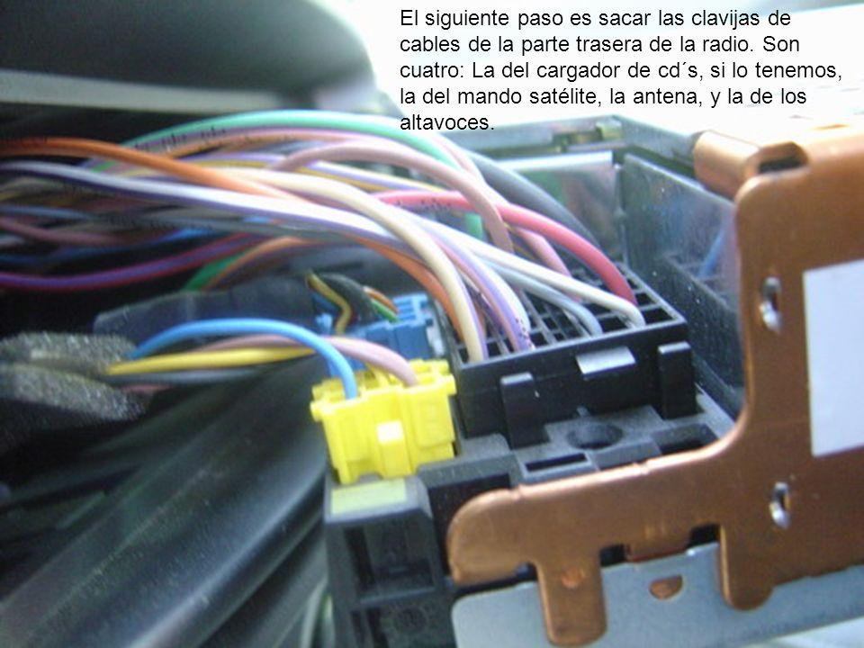 El siguiente paso es sacar las clavijas de cables de la parte trasera de la radio. Son cuatro: La del cargador de cd´s, si lo tenemos, la del mando sa