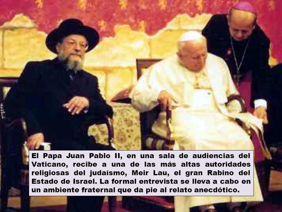 El Papa Juan Pablo II, en una sala de audiencias del Vaticano, recibe a una de las más altas autoridades religiosas del judaísmo, Meir Lau, el gran Ra