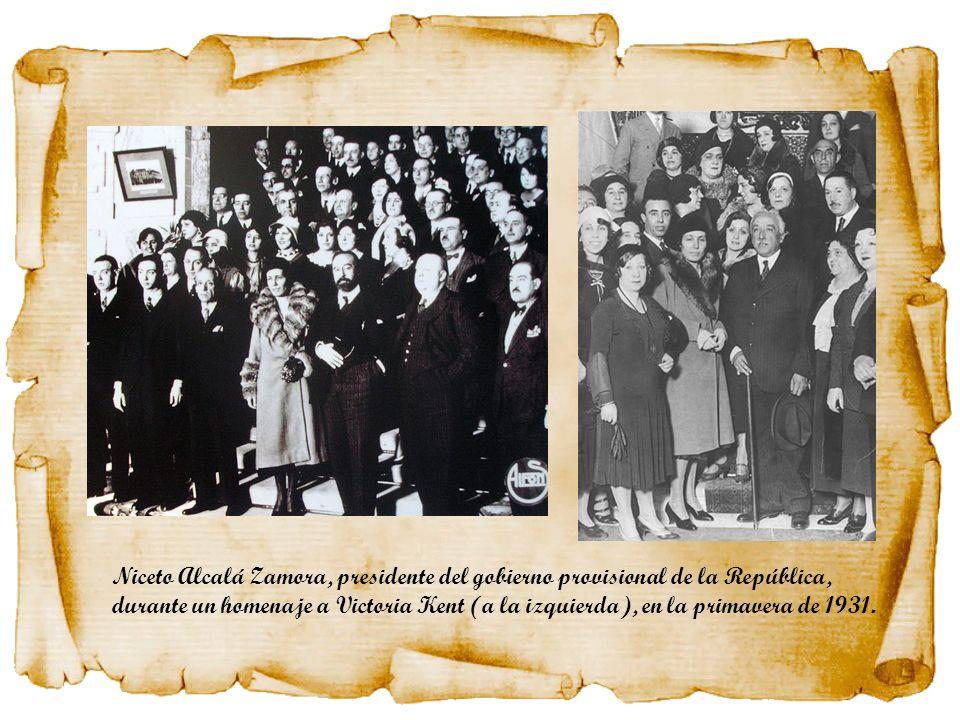 Niceto Alcalá Zamora, presidente del gobierno provisional de la República, durante un homenaje a Victoria Kent (a la izquierda), en la primavera de 19