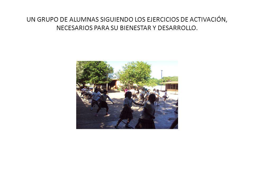 UN GRUPO DE ALUMNAS SIGUIENDO LOS EJERCICIOS DE ACTIVACIÓN, NECESARIOS PARA SU BIENESTAR Y DESARROLLO.