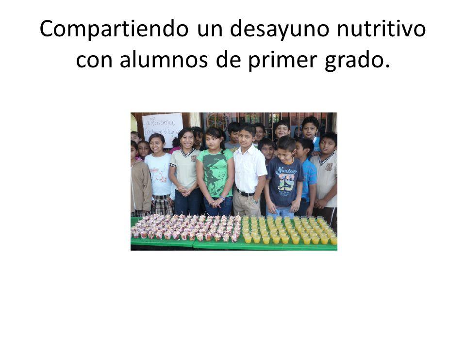 Compartiendo un desayuno nutritivo con alumnos de primer grado.