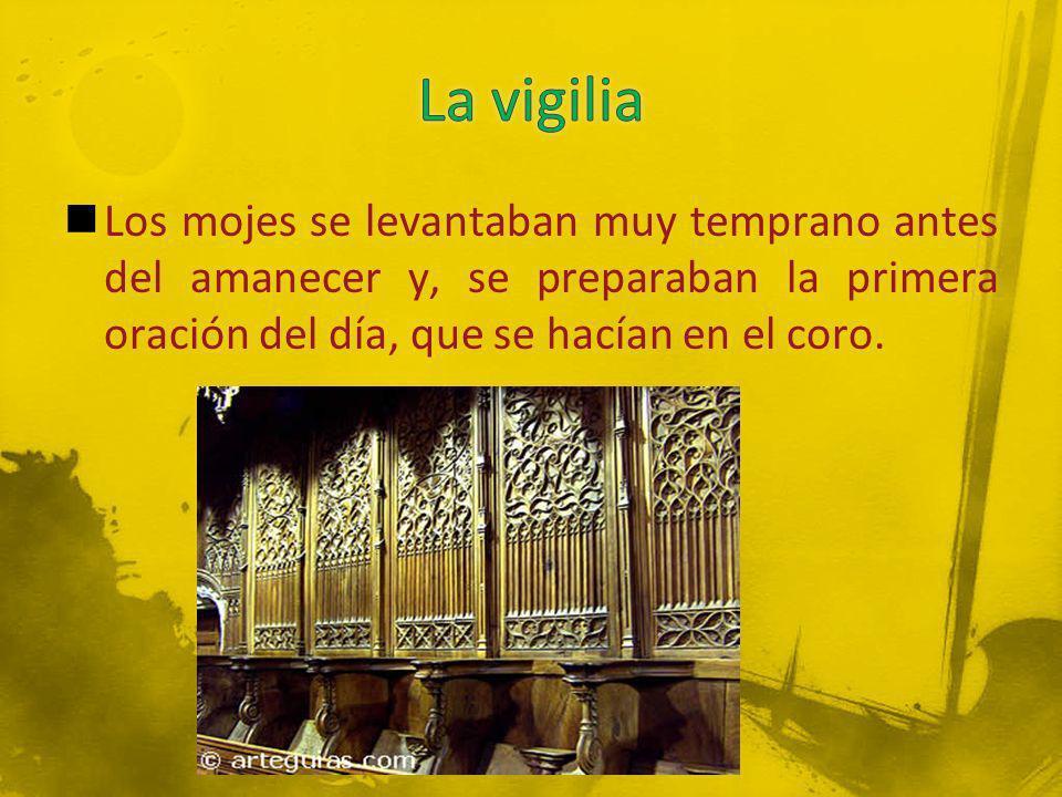 Los mojes se levantaban muy temprano antes del amanecer y, se preparaban la primera oración del día, que se hacían en el coro.