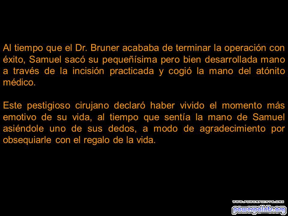 Al tiempo que el Dr. Bruner acababa de terminar la operación con éxito, Samuel sacó su pequeñísima pero bien desarrollada mano a través de la incisión