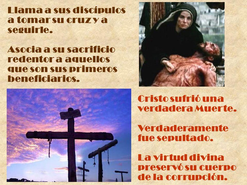 Llama a sus discípulos a tomar su cruz y a seguirle. Asocia a su sacrificio redentor a aquellos que son sus primeros beneficiarios. Cristo sufrió una