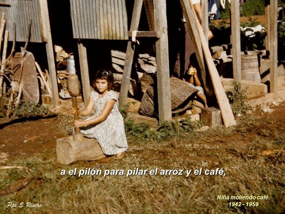 a el pilón para pilar el arroz y el café, Niña moliendo café. 1942 - 1959