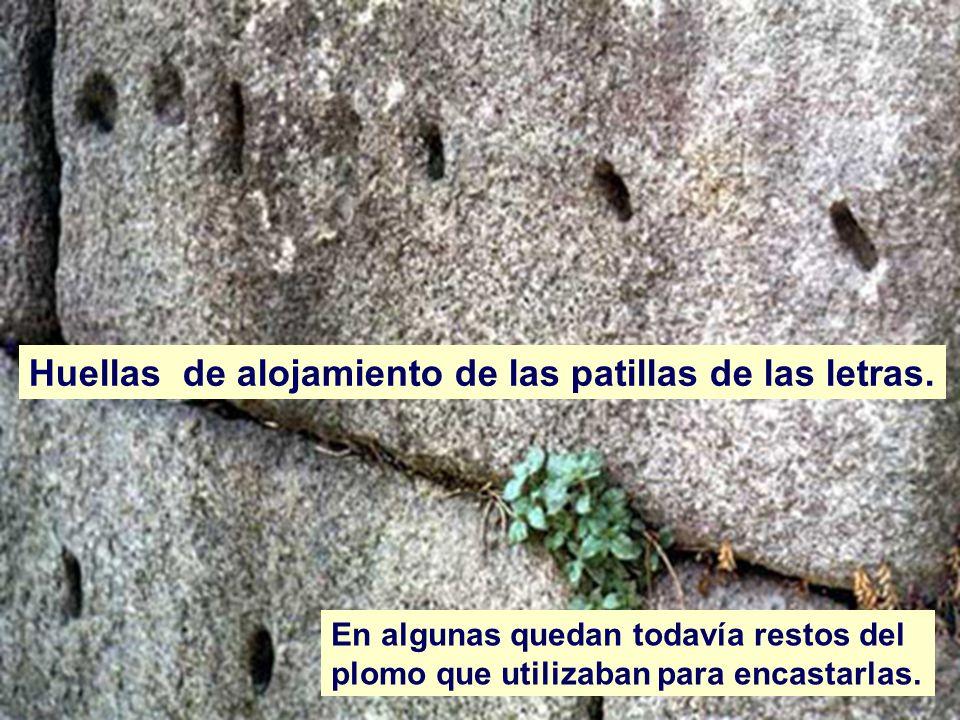 Huellas de alojamiento de las patillas de las letras. En algunas quedan todavía restos del plomo que utilizaban para encastarlas.