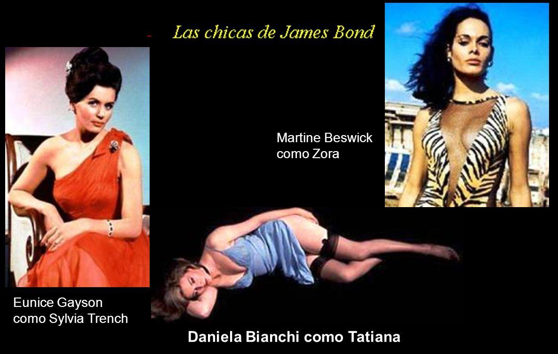 Britt Ekland como Mary Goodnight y Maud Adams como Andrea Anders, junto a Roger Moore (James Bond)