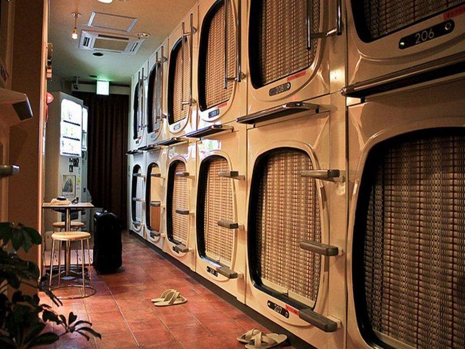 El servicio del hotel incluye un armario para poner las cosas, una pequeña cápsula para dormir y el uso de duchas, sanitarios, radio y TV con una tari