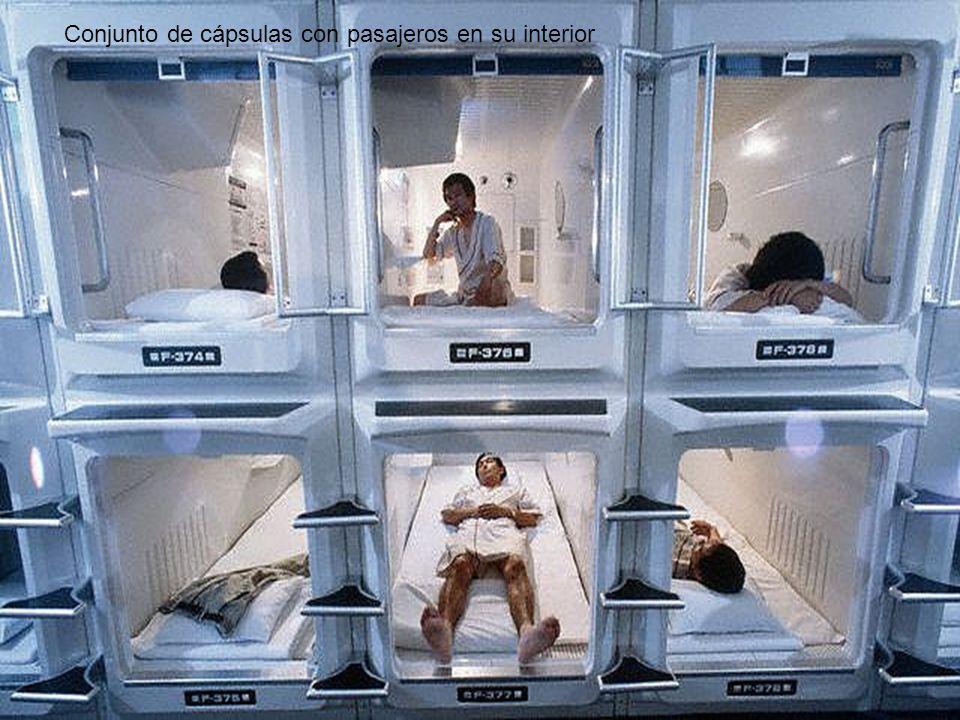 Conjunto de cápsulas con pasajeros en su interior