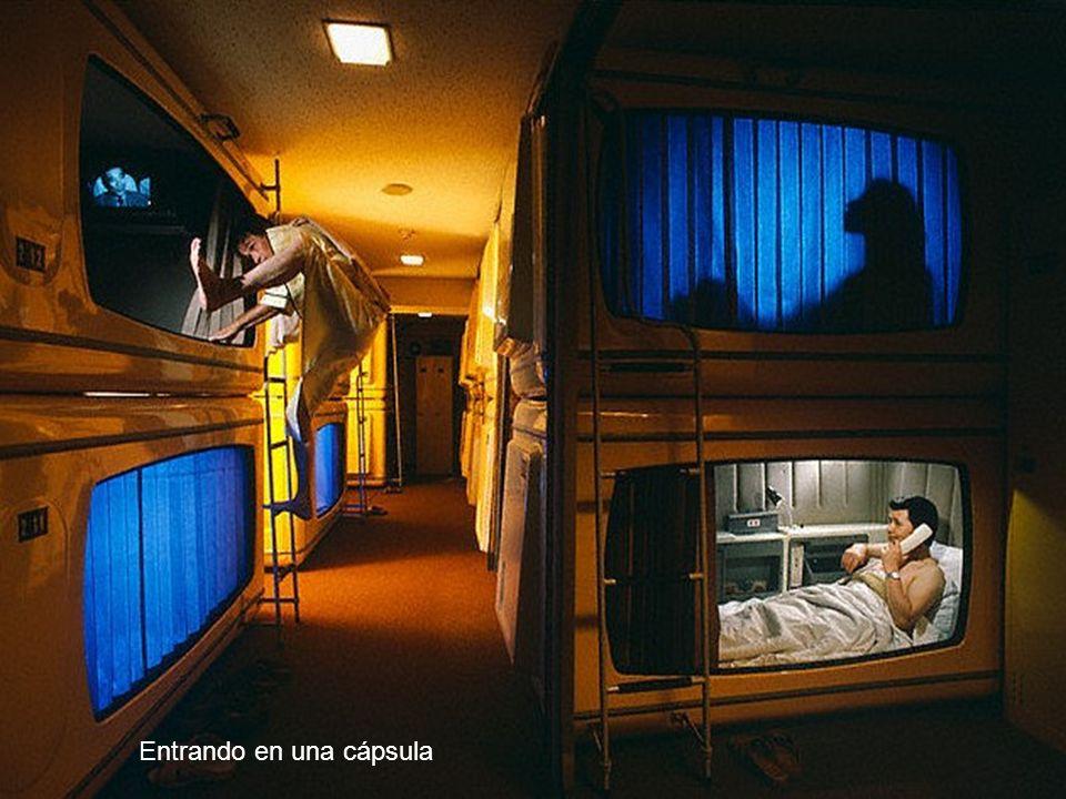 El servicio del hotel incluye un armario para poner las cosas, una pequeña cápsula para dormir y el uso de duchas, sanitarios, radio y TV con una tarifa de alrededor de 30 dólares.