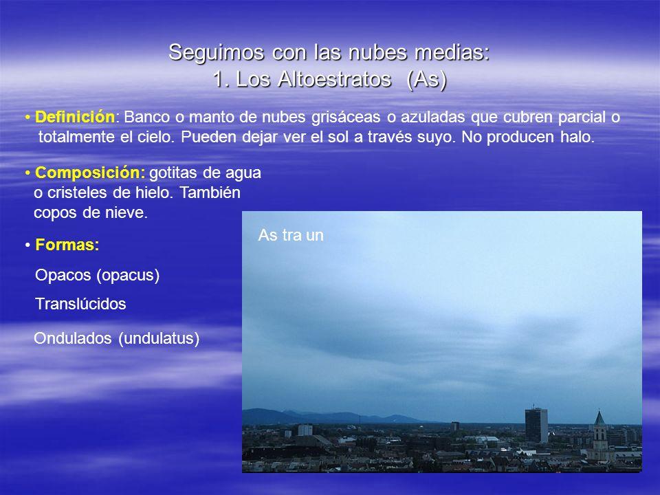 Seguimos con las nubes medias: 1. Los Altoestratos (As) Definición: Banco o manto de nubes grisáceas o azuladas que cubren parcial o totalmente el cie