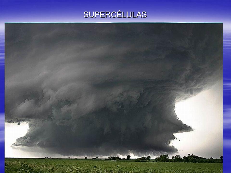 SUPERCÉLULAS Una supercélula es un gran cumulonimbus que se ha desarrollado de forma excepcional tanto en dimensión vertical (15-20Km) y horizontal (S