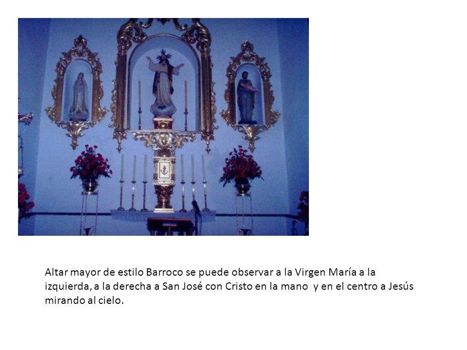 Altar mayor de estilo Barroco se puede observar a la Virgen María a la izquierda, a la derecha a San José con Cristo en la mano y en el centro a Jesús
