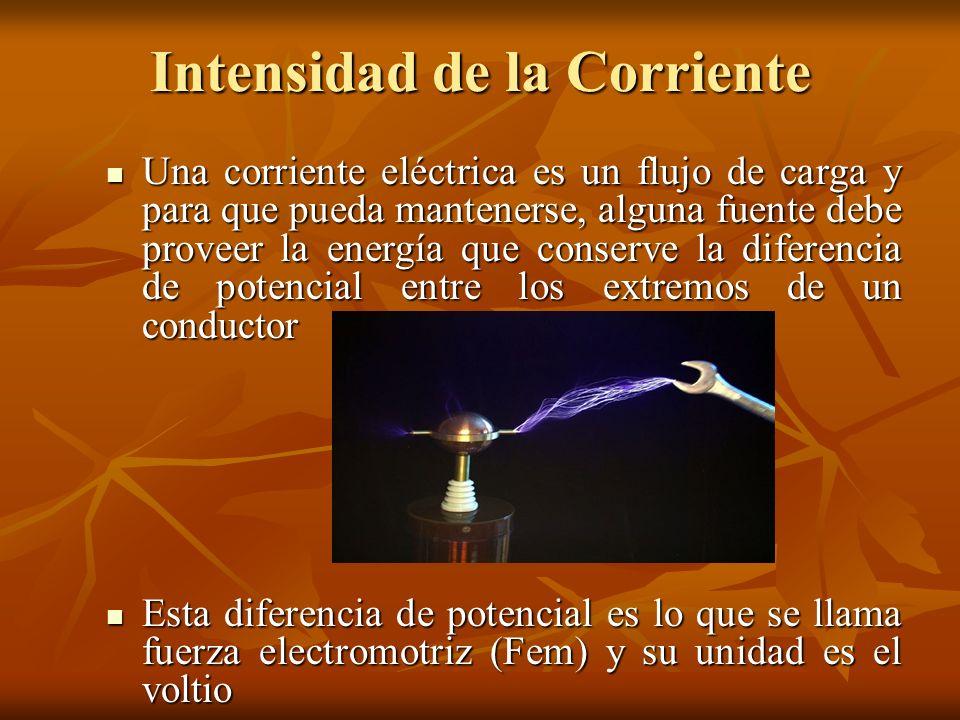 Intensidad de la Corriente Una corriente eléctrica es un flujo de carga y para que pueda mantenerse, alguna fuente debe proveer la energía que conserv