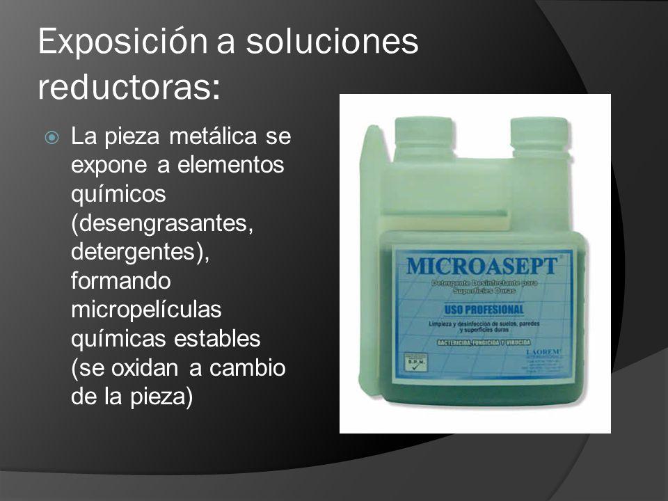 Exposición a soluciones reductoras: La pieza metálica se expone a elementos químicos (desengrasantes, detergentes), formando micropelículas químicas e