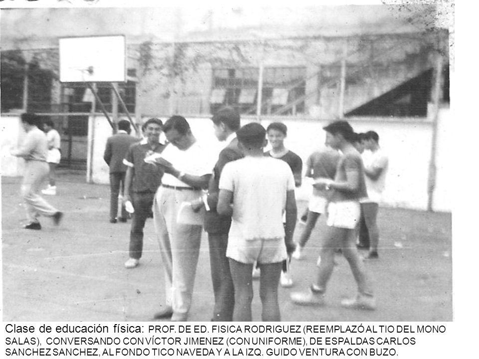 Clase de educación física: PROF. DE ED. FISICA RODRIGUEZ (REEMPLAZÓ AL TIO DEL MONO SALAS), CONVERSANDO CON VÍCTOR JIMENEZ (CON UNIFORME), DE ESPALDAS