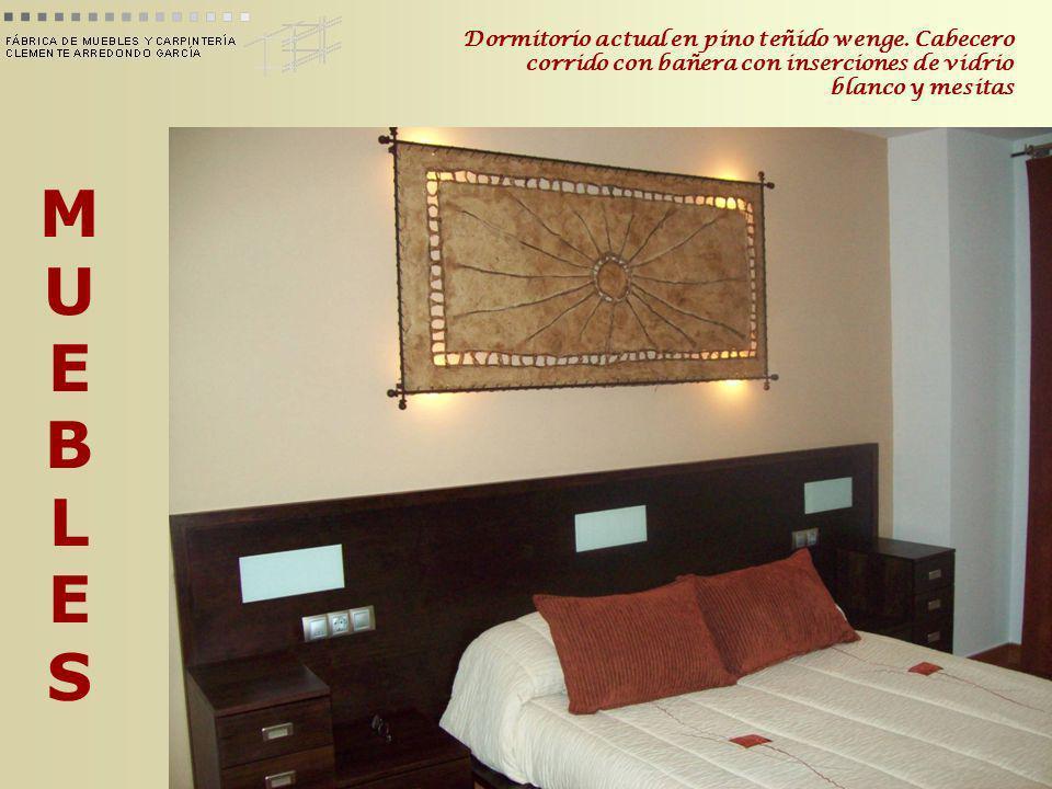 MUEBLESMUEBLES Dormitorio actual en pino teñido wenge. Cabecero corrido con bañera con inserciones de vidrio blanco y mesitas