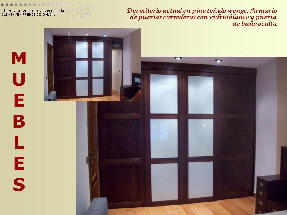 MUEBLESMUEBLES Dormitorio actual en pino teñido wenge. Armario de puertas correderas con vidrio blanco y puerta de baño oculta