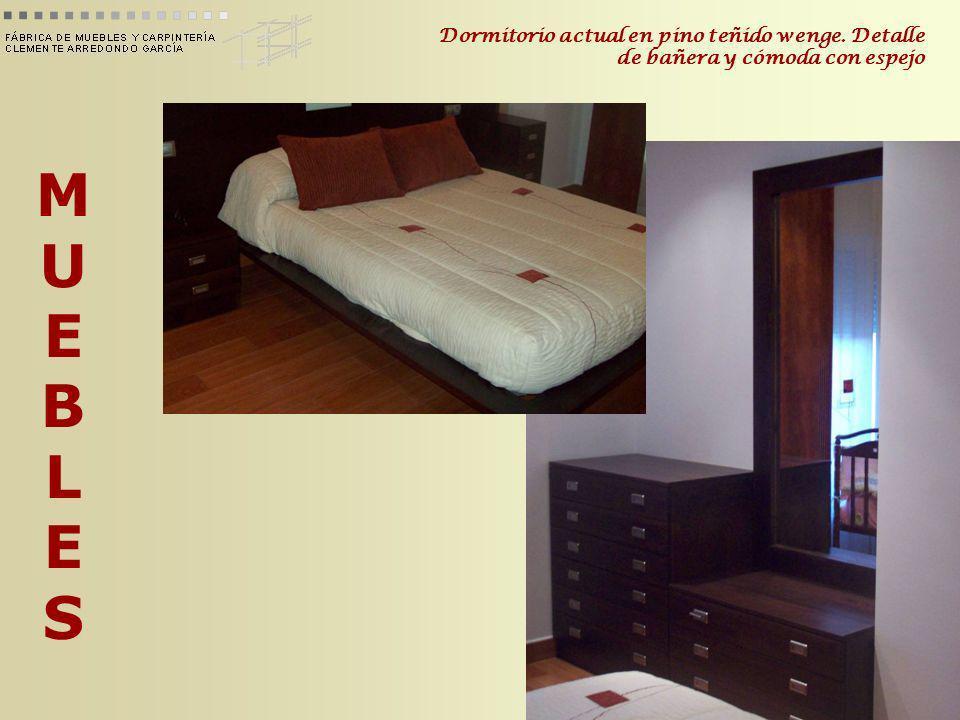 MUEBLESMUEBLES Dormitorio actual en pino teñido wenge. Detalle de bañera y cómoda con espejo